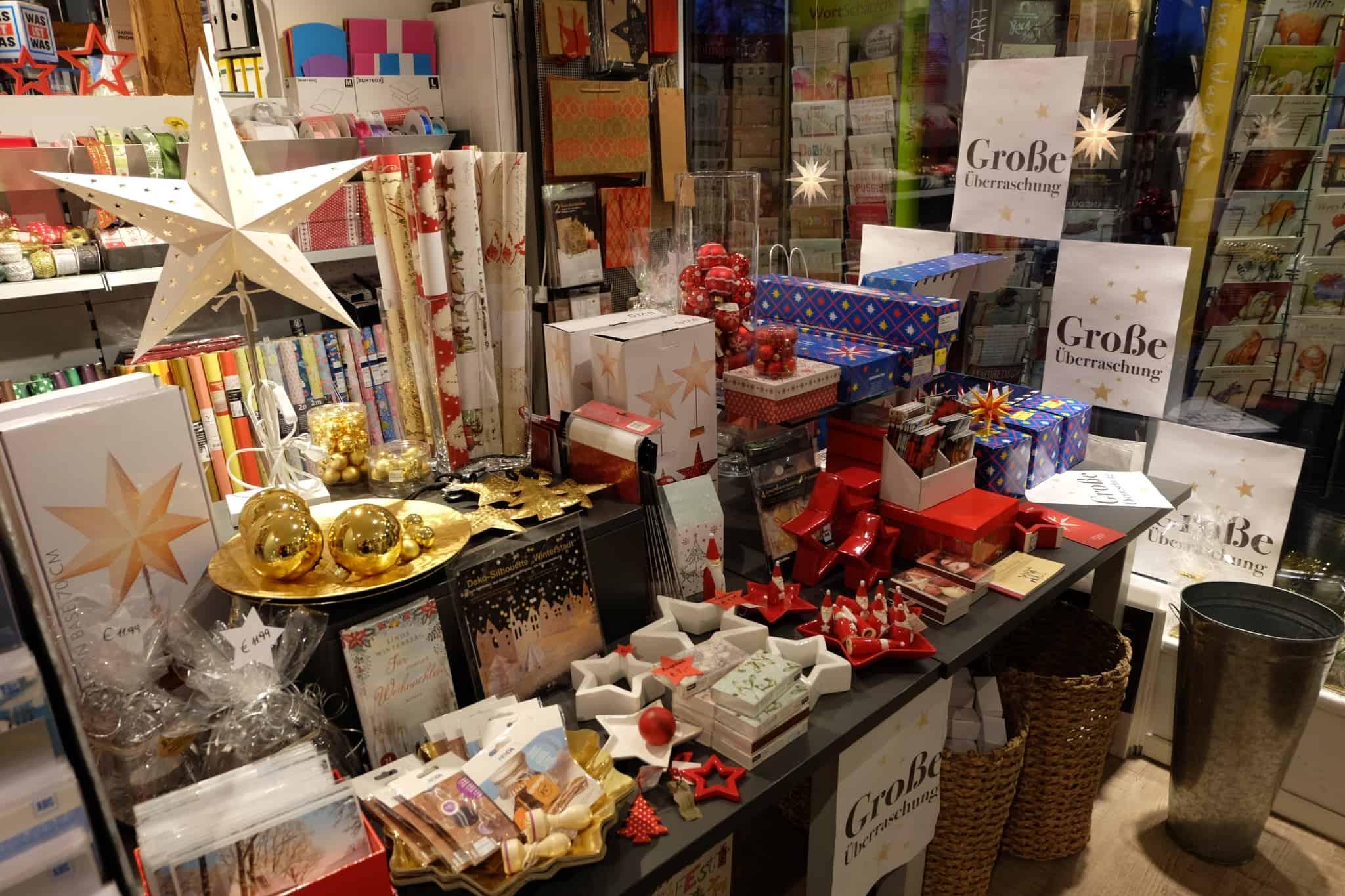 Saisonale Produkte bei Dodt Buch und Papier: Weihnachtsartikel vom Weihnachtspapier bis zu Dekofiguren